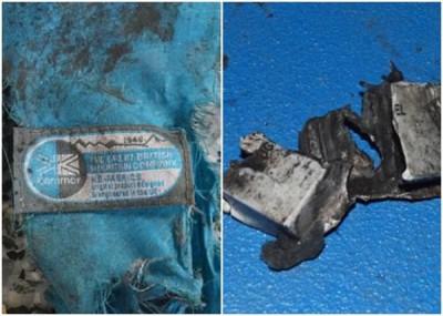 警方发放的照片中可见一块蓝色的背包碎片(左图)。