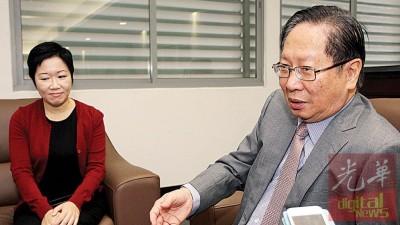 刘利民(右)促朝野政治人物,勿政治化皇冠官网app课题。左为董总首席执行员孔婉莹。