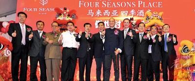 拿督斯里纳兹里(中)为中资辩护称,中国来马投资只会让马来西亚获利。左五为庄尚标,左六为拿督万泉龙。