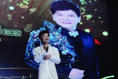 郑锦昌压轴登场,演唱了3首经典歌曲,概括他的成名曲《鸳鸯江》、《一再夕阳红》和《成日扮靓》。