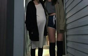 昆凌(左)怀孕6个多月,巨大孕肚照曝光。