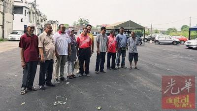 赖国平携同2市议员、4村长及乡委会成员視察甲抛峇底夜市场基设提升工程。
