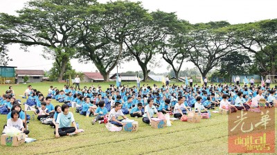 近300名小学生走到户外体验当一日童军。