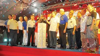 林冠英为北海双溪浮油义务消防队筹募购买大型消防储水卡车及活动基金联欢宴会主持开幕仪式。