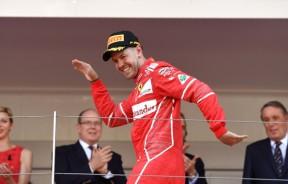 法拉利车手维泰尔夺得摩纳哥赛站后兴奋的在领奖台起舞庆祝。