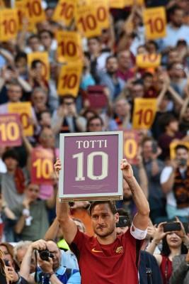 在告别仪式上,托迪手持印有10号的牌子在依依不舍的告别珞巴球场。