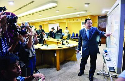 """槟首长林冠英再度化身""""老师"""",给媒体上一堂太子道土地售价课,并讲解槟首长机构(CMI)的协调角色。"""