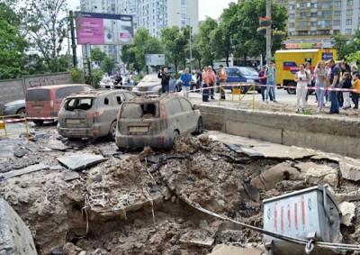 水管爆裂后的现场一片泥泞,附近的汽车及公司玻璃也受损。(贪图截自网路)