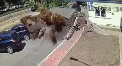 基辅街头发生地下水管爆烈。(互联网图片)