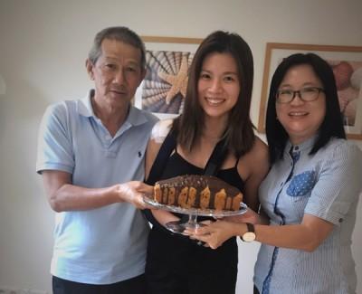 吴柳萤得到双亲从大马带去的生日祝福(蛋糕)。