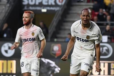 攻入摩纳哥本赛季法甲最后一球的吉尔曼(左)和队友法比尼奥在庆祝进球。