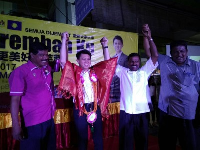 """张盛闻(左2)受国大党州领袖披上披肩和花环后,开心地笑笑""""好像芙蓉国席换了人一样""""。"""