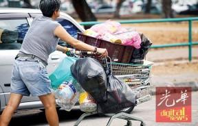今年6月1日开始,民众受促必须遵守垃圾分类的条令,将可回收的垃圾另外处理。