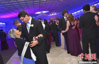 高中生得知患癌外婆只剩半年生命,决定邀请外婆当他的舞伴。