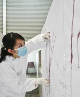 许碧珠会分析血迹喷溅痕,从中找出答案。(新加坡卫生科学局提供)