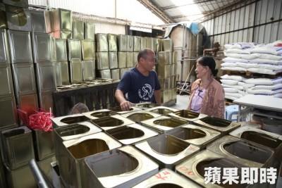 台南一样中食品工厂老板林宗庆,非但雇用82春的总职工,每日还开车亲自接送上下班。