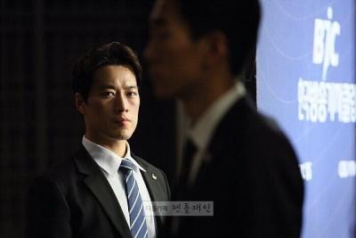 这位长相帅气的保镖名叫崔英载。