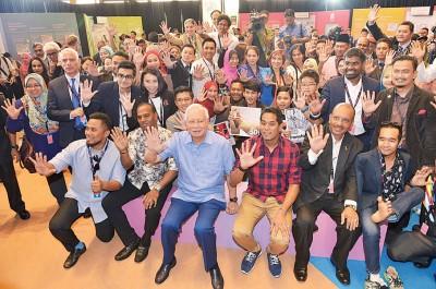 纳吉(前排左3起)、凯里与2050年国家转型计划第二阶段参与者在对话会后合影。