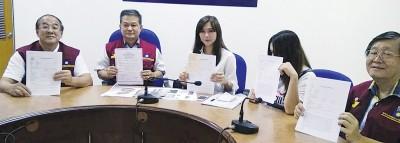 简淑婷(左3)不堪痴情汉恐吓泼镪水和杀她,向李留辉(左2)求助。