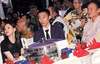李宗伟与黄妙珠(左)在现场播放李宗伟成就片段的环节时观看荧幕。