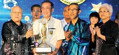 槟羽总会长准拿督许庆吉(左2)代李宗伟接领槟州元首杯最佳运动员奖。