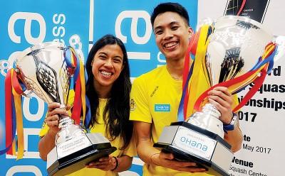 妮歌大卫以及袁志文(右)个别喜捧第33交全国壁球赛冠军奖杯。