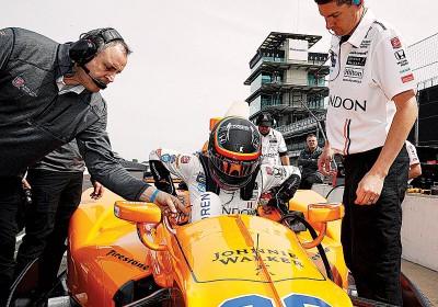 右图示他在在美国印第安纳波利斯赛道准备就绪开始测试。