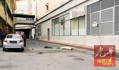 死者从商场高处跃下,当场毙命。