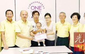 蔡瑞豪(左3)宣布7万5000令吉手术费经筹足,即日起暂停筹款,左四起为父亲吴光易及母亲陈彩分。