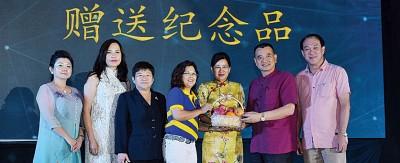 吴瑞音(左4由)捐赠纪念品给王赛之以及陈德钦,左1由凡郑丽菁、黄水芝、黄秀金、陈利发。
