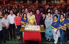 嘉宾主持切喜糕仪式,前排左起是王嵣荃、刘一端、陈文海、黄维忠、吴秀丽、吴瑞音、王赛之、陈德钦、黄秀金。