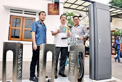 林冠英(中)周日在槟岛市政厅秘书尤端祥(左)和Fast Rent Bike总监杨健聪一起主持推介。