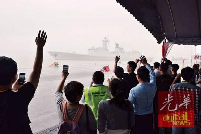 嘉宾在风雨中挥别中国军舰。