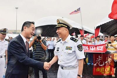 临别前,中国驻槟总领事吴骏与沈浩少将握手。