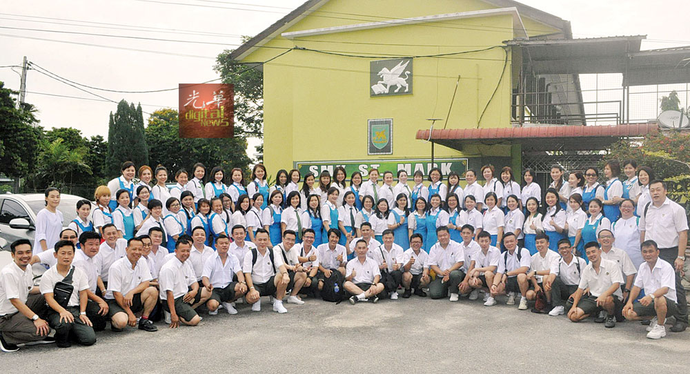 圣马克中学逾200校友身穿校服参与回校日。