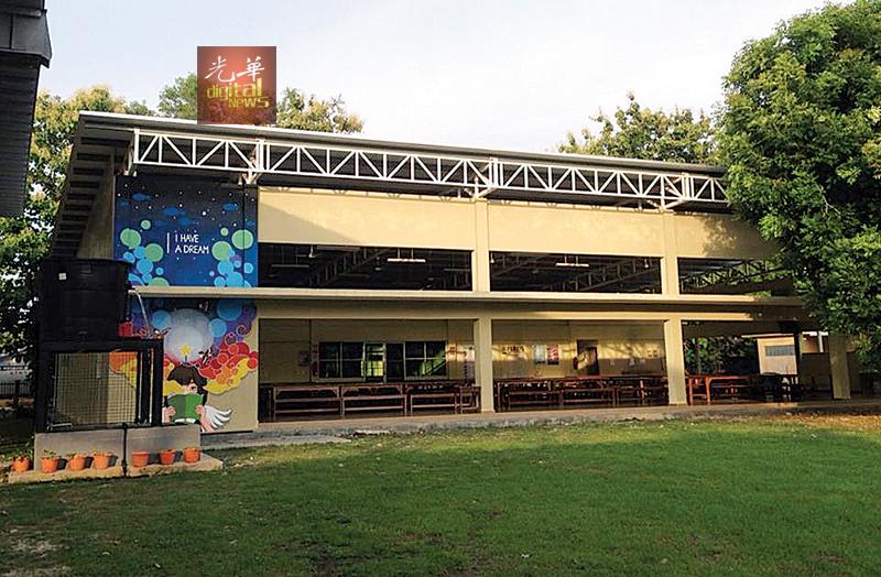 陈誉文认为,学校食堂是大家能一眼望过去的方向,也是非常显眼的角落,这样才能让壁画起传达意义的作用。图中左处是《梦想》壁画。