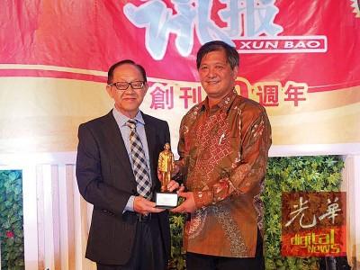 《讯报》创刊10周年,总经理李兴前(左)赠送纪念品予社长林荣胜。