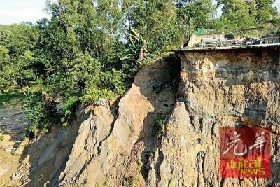 泥崩塌陷形成的大坑,可容纳两里排屋单位。