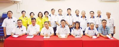 马华亚娄区会推荐陈仲(前排左1)担任新届市议员。前排左4蔡天喜。后排左6吴良卓。(档案照)