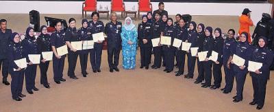 罗哈妮(左2)在诺拉昔(左)的陪同下,与各州的女警代表合照。