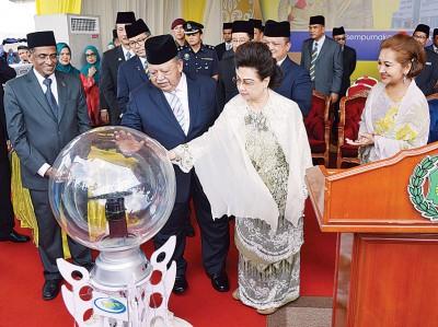 玻璃市拉惹偕后为加央端姑法霞医院B楼主持开幕仪式。左1为苏巴马廉。