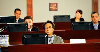 """饰演商务及经济发展局副局长的吴镇宇特别留了一头长发,他笑称自己的头发很像民初的人,还笑说:""""不要看到我就以为我拍黑帮、警匪片,我现在是大学教授!"""""""