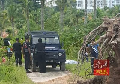 警员将女尸盖上白布,准备载往太平间解剖。