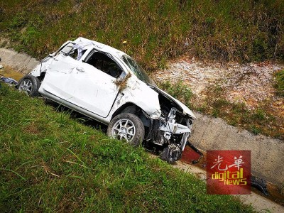 一家大小乘车在大道行驶时,忽然遭右方车道的轿车撞击后失控翻覆,3个月大的婴儿因此被抛飞出车外重伤不治。