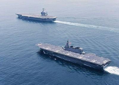 出云号(眼前)早前护送美军航母出海。