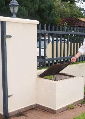 窃贼不是跃过篱笆进来,而选择费事的从垃圾桶置放处钻进来造案。