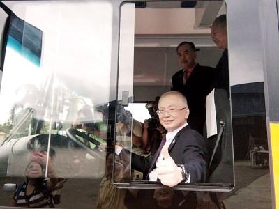 """魏家祥给本地巴士制造厂生产的电动巴士一个""""赞""""。"""