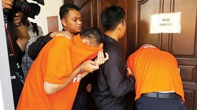 反贪会延扣两名嫌犯4天,直至本周五。