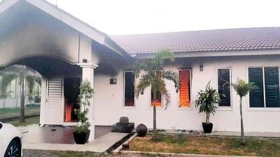 米都新城市花园一间单层独立式房屋发生大火,导致一家5口被灼伤。