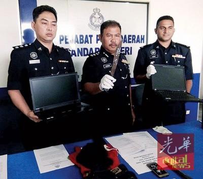叶宏坚(左起)、诺哈欣和古马一同展示充公的物品和嫌犯干案的利刃。
